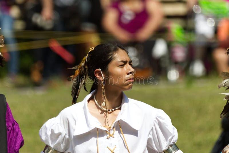 Υπερήφανος χορευτής νεαρών άνδρων σε το 2017 Kahnawake Pow wow στοκ εικόνες