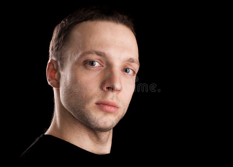Υπερήφανο νέο καυκάσιο ανθρώπινο πορτρέτο στοκ φωτογραφία