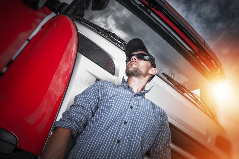 Υπερήφανο πορτρέτο οδηγών φορτηγού στοκ εικόνες