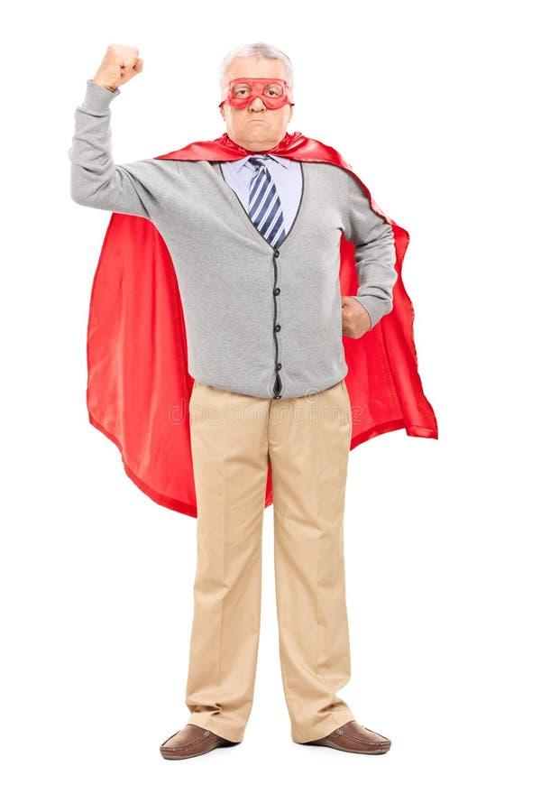 Υπερήφανο ώριμο άτομο στο κοστούμι superhero στοκ φωτογραφίες με δικαίωμα ελεύθερης χρήσης