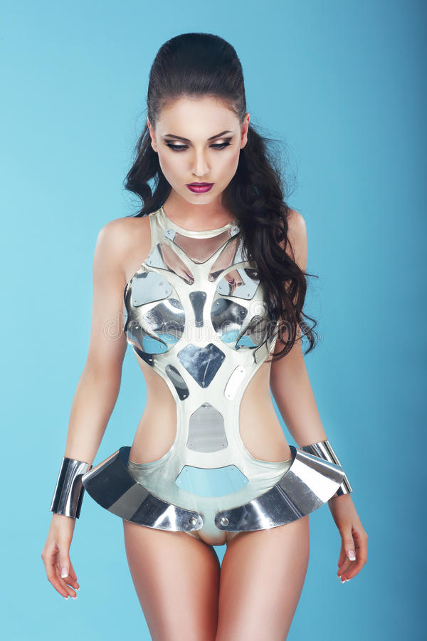 Υπερβολική γυναίκα Glamorius στο στομφώδες κοστούμι τέχνης στοκ εικόνες με δικαίωμα ελεύθερης χρήσης