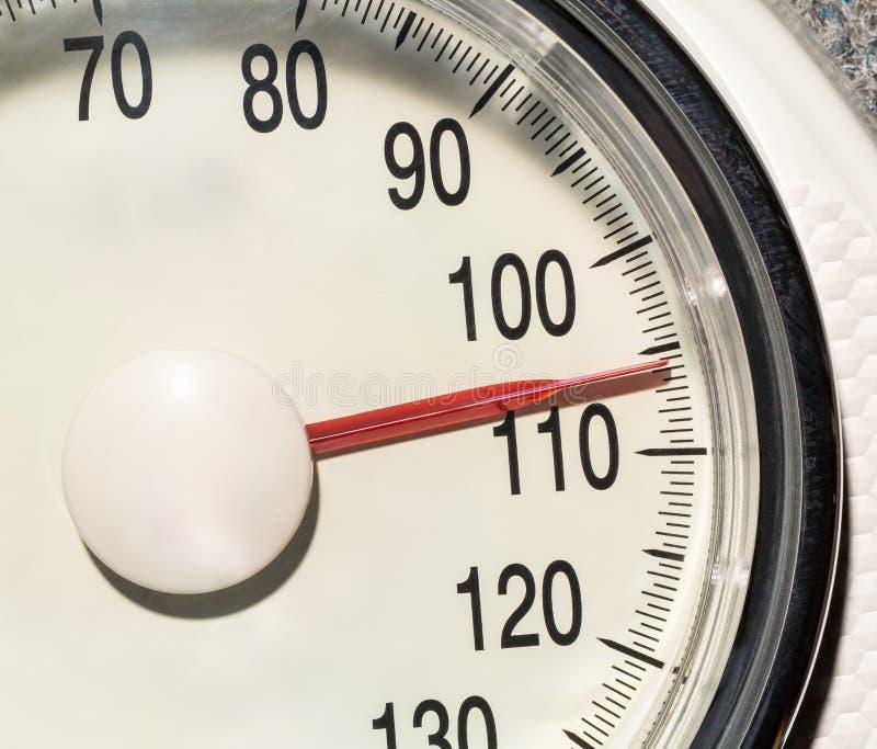 Υπερβολικό βάρος στις κλίμακες στοκ φωτογραφίες