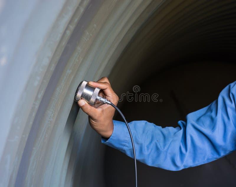 Υπερηχητική δοκιμή για να ανιχνεύσει την ατέλεια ή την ατέλεια του τοίχου thickne στοκ εικόνες με δικαίωμα ελεύθερης χρήσης