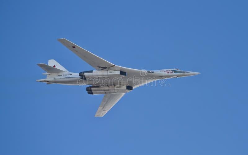 Υπερηχητικό στρατηγικό βομβαρδιστικό αεροπλάνο TU-160 Pavel Taran στην παρέλαση στοκ φωτογραφία