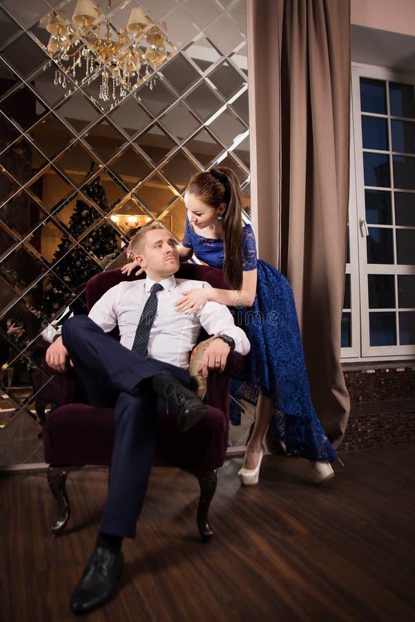 Υπεροπτικός άνδρας με τη γυναίκα στο εσωτερικό πολυτέλειας γοητεία στοκ εικόνες