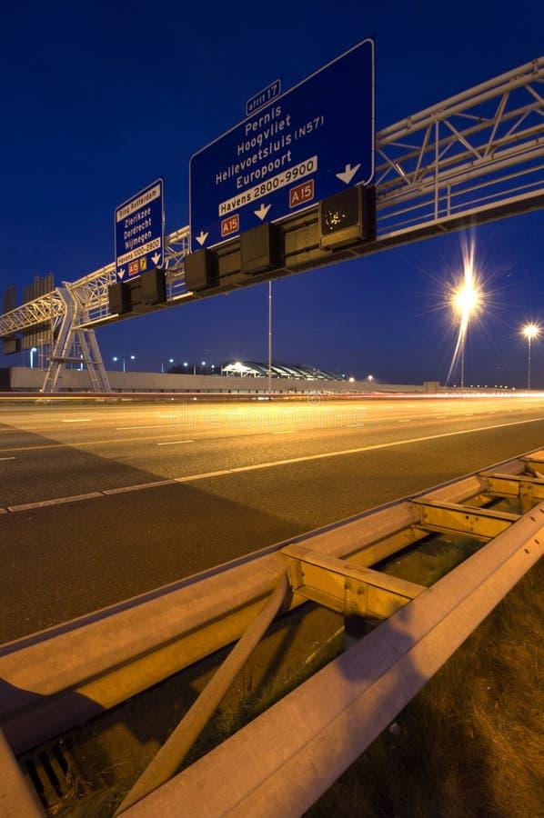 Υπερυψωμένα σημάδια πληροφοριών αυτοκινητόδρομων στοκ εικόνα