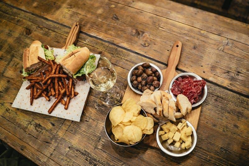 Υπερυψωμένη άποψη ενός γεύματος για δύο στον αγροτικό πίνακα στοκ φωτογραφίες