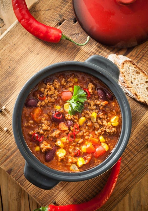 Υπερυψωμένη άποψη πικάντικο casserole τσίλι con carne στοκ εικόνα