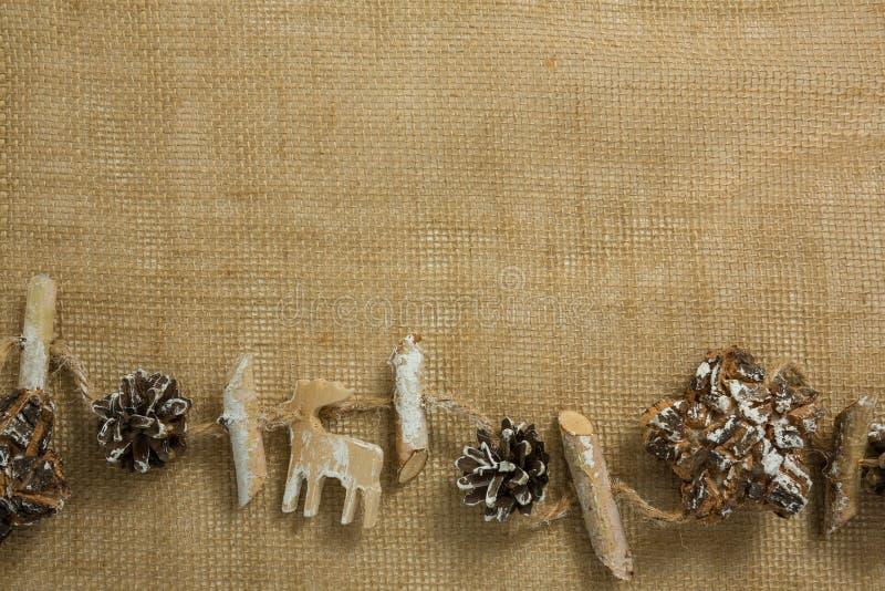 Υπερυψωμένη άποψη της διακόσμησης Χριστουγέννων με το ραβδί και το ξηρό λουλούδι στοκ φωτογραφία