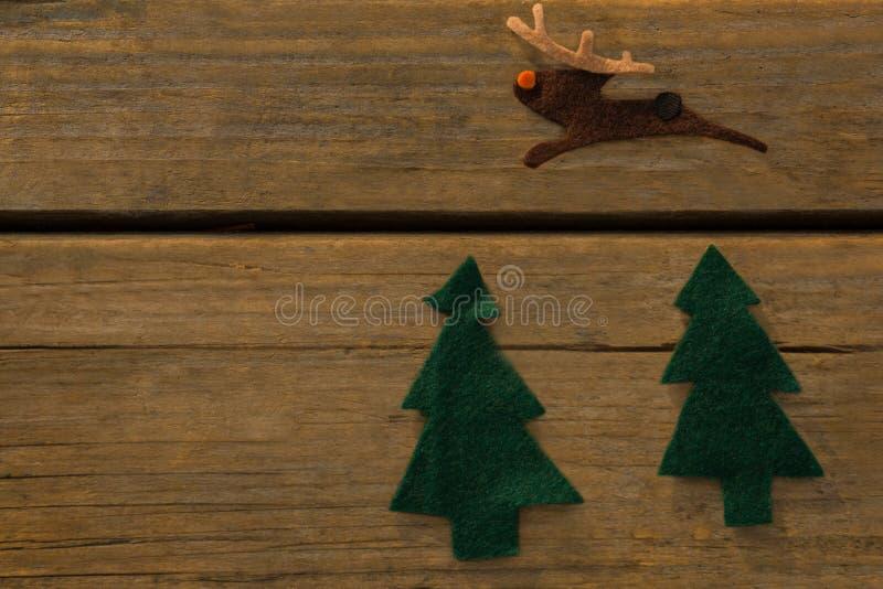 Υπερυψωμένη άποψη της διακόσμησης χριστουγεννιάτικων δέντρων και ταράνδων στοκ φωτογραφίες