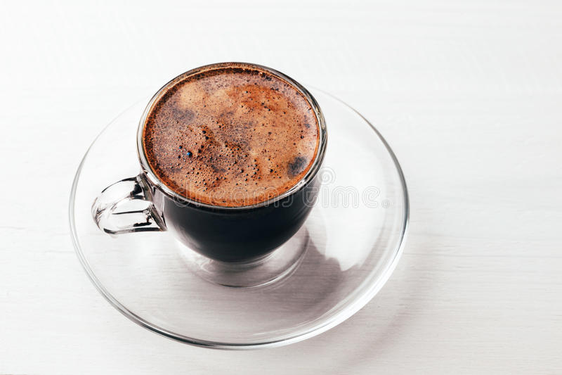 Υπερυψωμένη άποψη της κινηματογράφησης σε πρώτο πλάνο αφρού καφέ στοκ φωτογραφία
