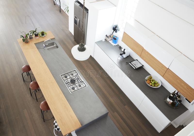 Υπερυψωμένη άποψη της σύγχρονης κουζίνας με το νησί στοκ εικόνα
