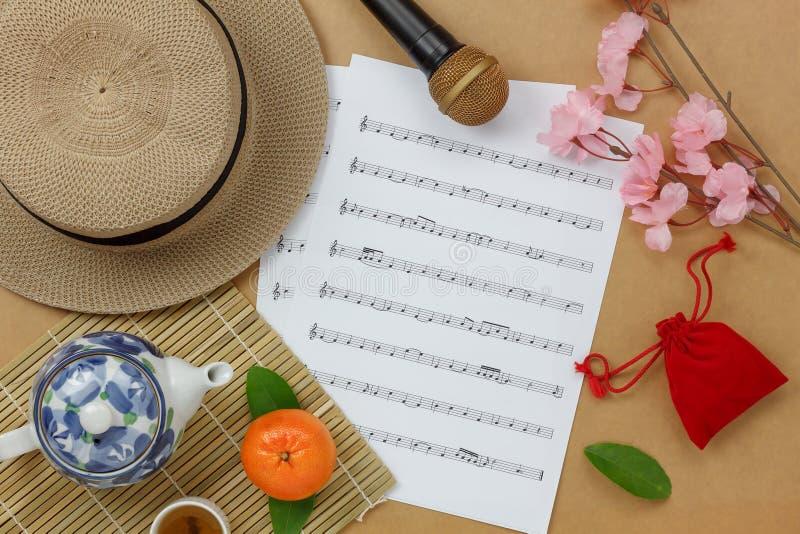 Υπερυψωμένη άποψη του κινεζικού & σεληνιακού νέου υποβάθρου έννοιας φύλλων έτους και μουσικής στοκ εικόνες με δικαίωμα ελεύθερης χρήσης