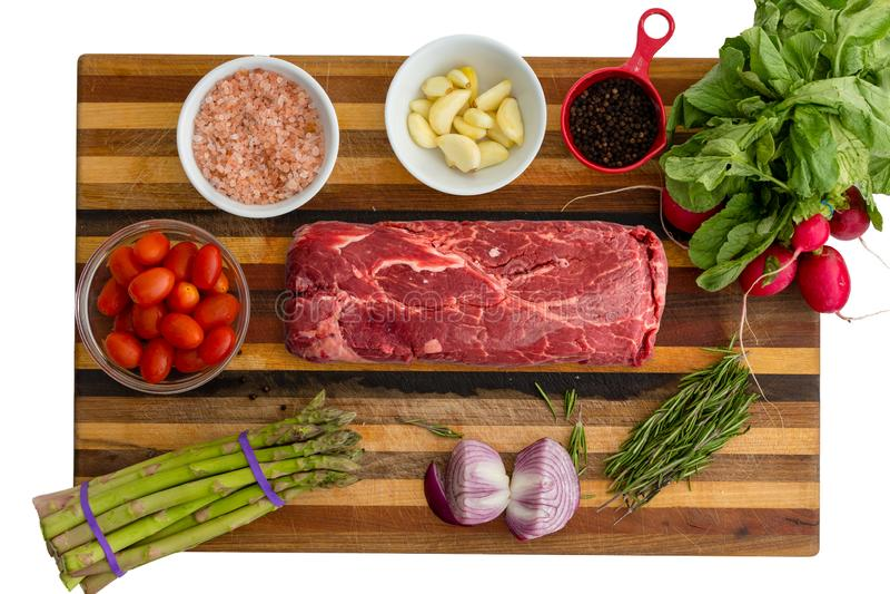 Υπερυψωμένη άποψη του κρέατος και του σπαραγγιού δίπλα στο βασιλικό στοκ φωτογραφία