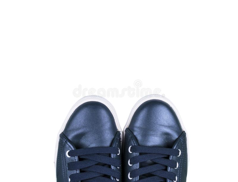 Υπερυψωμένη άποψη των μπλε αθλητικών παπουτσιών που απομονώνεται στο άσπρο κενό διάστημα υποβάθρου για το διάστημα αντιγράφων κει στοκ εικόνες με δικαίωμα ελεύθερης χρήσης