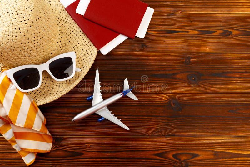 Υπερυψωμένη άποψη των ταξιδιωτικών εξαρτημάτων, ουσιαστικά στοιχεία διακοπών, υπόβαθρο έννοιας ταξιδιού - εικόνα στοκ εικόνες με δικαίωμα ελεύθερης χρήσης