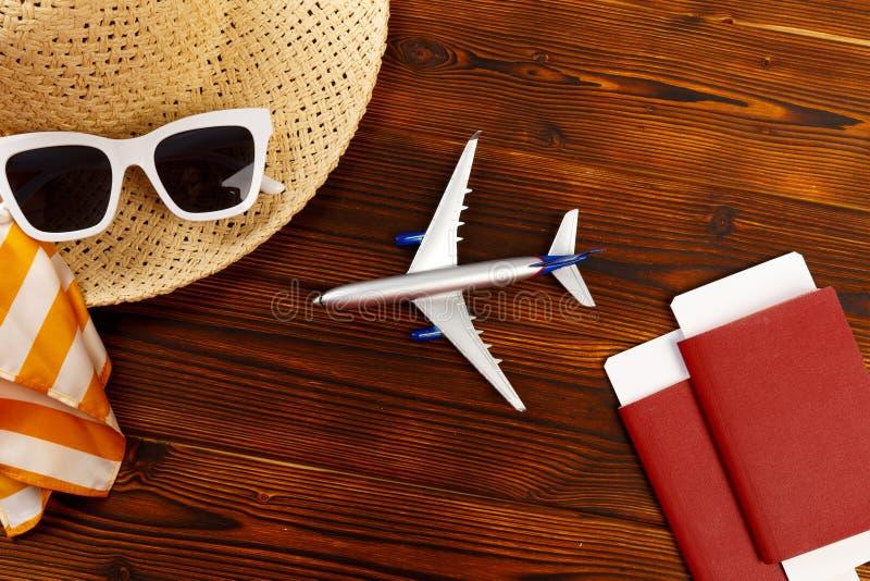 Υπερυψωμένη άποψη των ταξιδιωτικών εξαρτημάτων, ουσιαστικά στοιχεία διακοπών, υπόβαθρο έννοιας ταξιδιού - εικόνα στοκ εικόνες