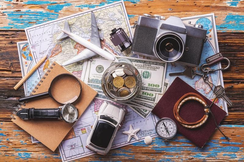 Υπερυψωμένη άποψη των ταξιδιωτικών ` s εξαρτημάτων, ουσιαστικά στοιχεία διακοπών, υπόβαθρο έννοιας ταξιδιού στοκ εικόνα