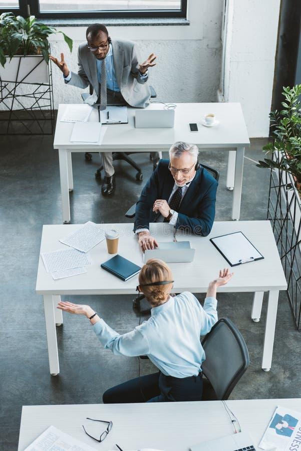 υπερυψωμένη άποψη των multiethnic επιχειρηματιών που εργάζονται από κοινού στοκ εικόνες