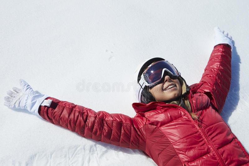 Υπερυψωμένος πυροβολισμός του κοριτσιού που έχει τη διασκέδαση στις χειμερινές διακοπές στοκ εικόνα με δικαίωμα ελεύθερης χρήσης