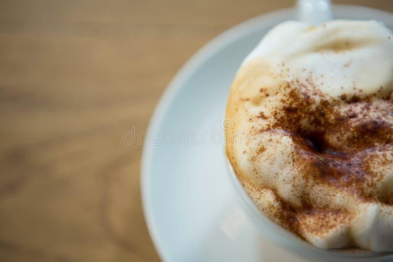 Υπερυψωμένος πυροβολισμός του φλυτζανιού καφέ με τον κρεμώδη αφρό στοκ φωτογραφίες με δικαίωμα ελεύθερης χρήσης