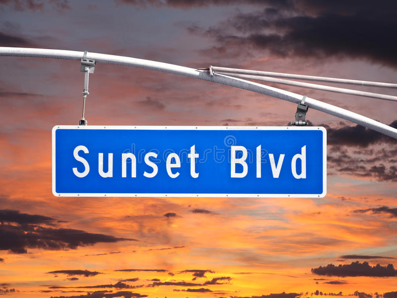Υπερυψωμένο σημάδι οδών Blvd ηλιοβασιλέματος με τον ουρανό σούρουπου στοκ φωτογραφία με δικαίωμα ελεύθερης χρήσης