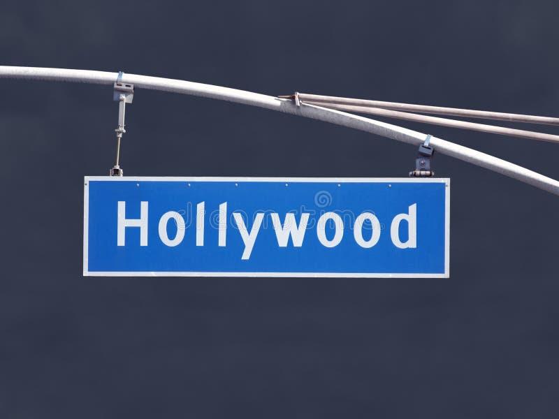 Υπερυψωμένο σημάδι οδών Blvd Hollywood με το σκοτεινό ουρανό θύελλας στοκ εικόνες