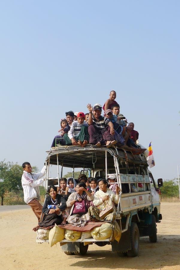 υπερφορτωμένο η Myanmar όχημα στοκ φωτογραφία