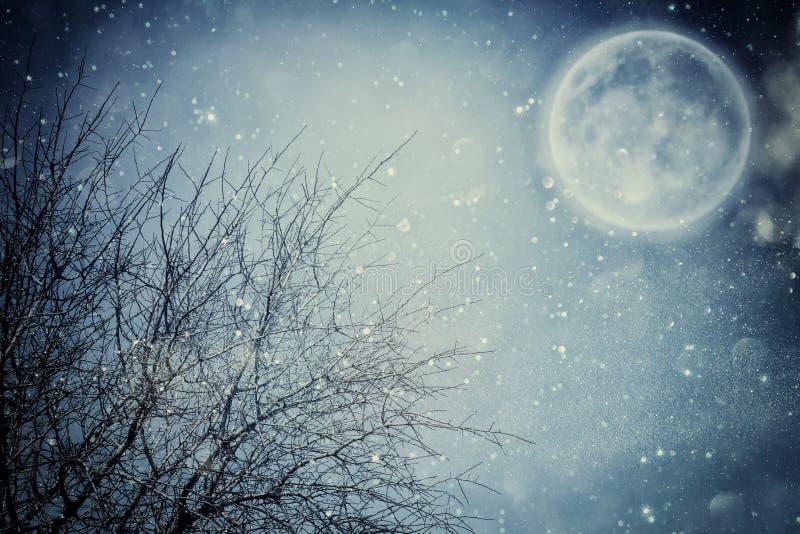Υπερφυσική έννοια φαντασίας - η πανσέληνος με τα αστέρια ακτινοβολεί στο υπόβαθρο νυχτερινών ουρανών στοκ εικόνες