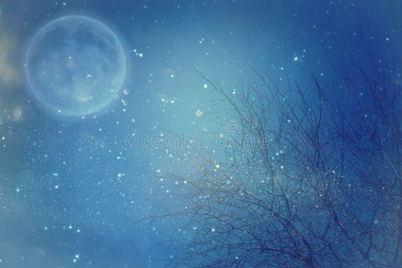 Υπερφυσική έννοια φαντασίας - η πανσέληνος με τα αστέρια ακτινοβολεί στο υπόβαθρο νυχτερινών ουρανών στοκ εικόνα