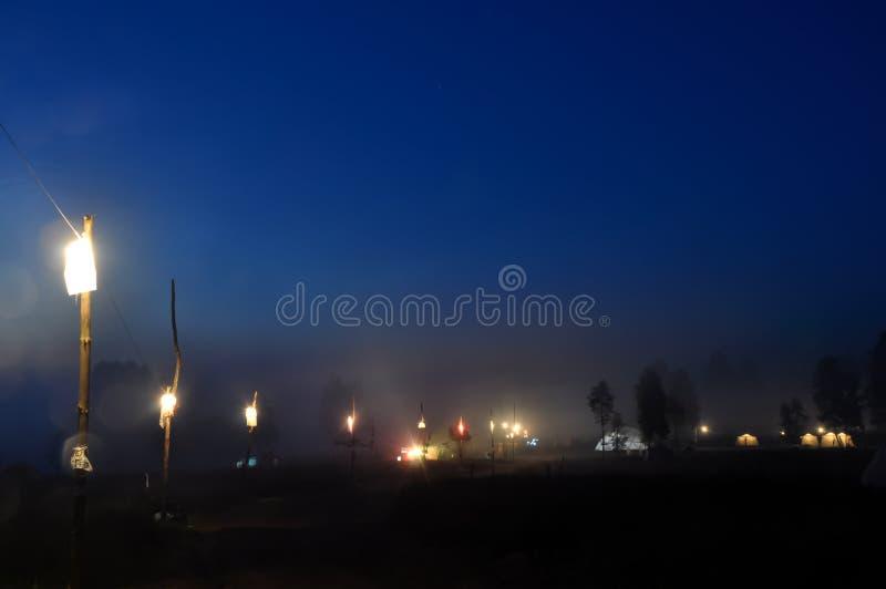Υπερφυσική μυστική δασική σκηνή αλεών νύχτας στην ομίχλη στοκ φωτογραφία με δικαίωμα ελεύθερης χρήσης