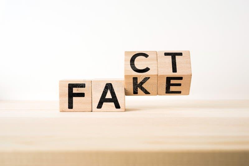 Υπερφυσικός αφηρημένος γεωμετρικός ξύλινος κύβος με το ΓΕΓΟΝΟΣ λέξης & την ΠΛΑΣΤΗ έννοια στοκ εικόνες με δικαίωμα ελεύθερης χρήσης