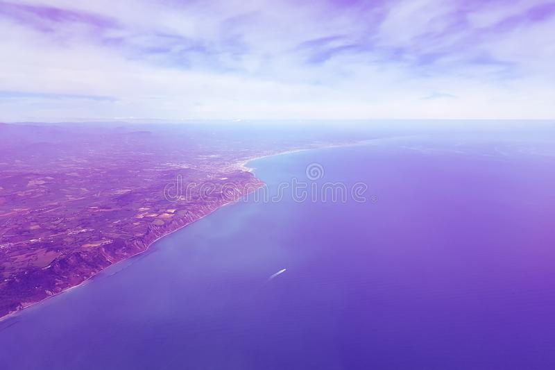Υπερφυσικό πορφυρό τοπίο στη θάλασσα και ακτή, άποψη από το αεροπλάνο στοκ φωτογραφία με δικαίωμα ελεύθερης χρήσης
