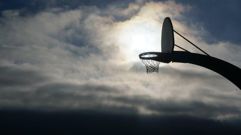 Υπερφυσικό υπόβαθρο ουρανού καλαθοσφαίρισης στοκ εικόνα