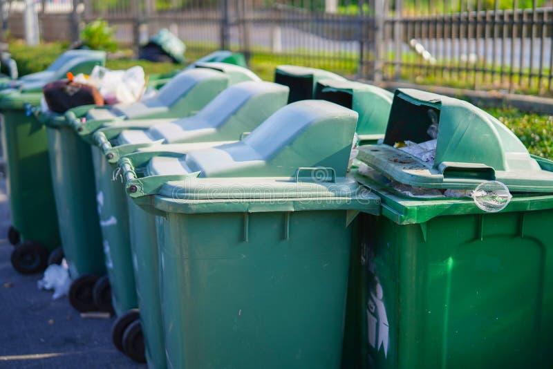 Υπερχείλιση δοχείων απορριμάτων στο πάρκο: έννοια περιβάλλοντος στοκ φωτογραφία με δικαίωμα ελεύθερης χρήσης
