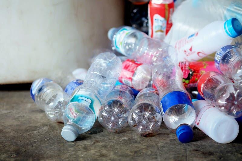 Υπερχείλιση πολλών πλαστική μπουκαλιών από τα απορρίμματα στο πάτωμα, έννοια ανακύκλωσης στοκ εικόνες