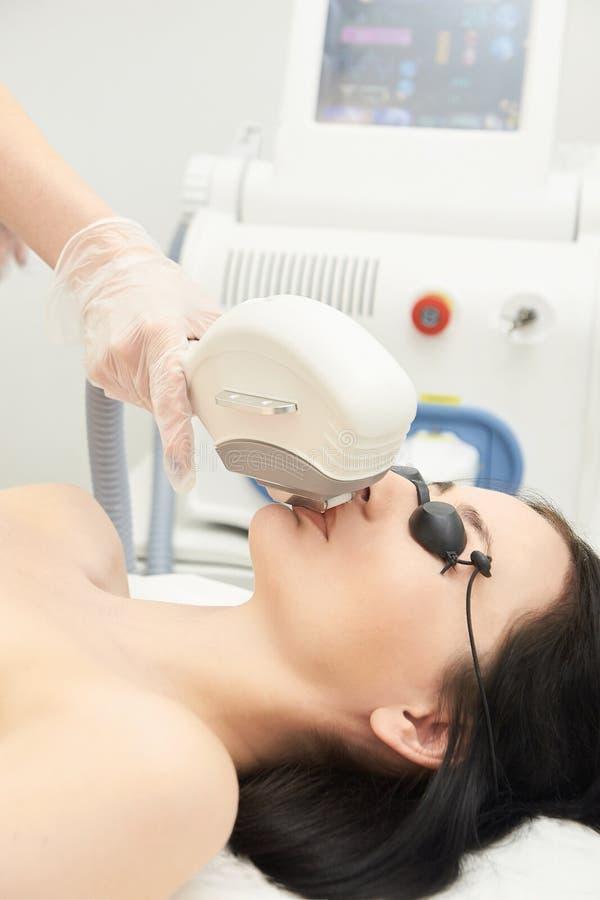 Υπηρεσία αφαίρεσης λέιζερ τρίχας IPL cosmetology συσκευή Επαγγελματικές συσκευές Μαλακή φροντίδα δέρματος γυναικών στοκ εικόνα με δικαίωμα ελεύθερης χρήσης