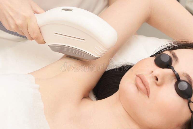 Υπηρεσία αφαίρεσης λέιζερ τρίχας IPL cosmetology συσκευή Επαγγελματικές συσκευές Μαλακή φροντίδα δέρματος γυναικών στοκ φωτογραφία με δικαίωμα ελεύθερης χρήσης