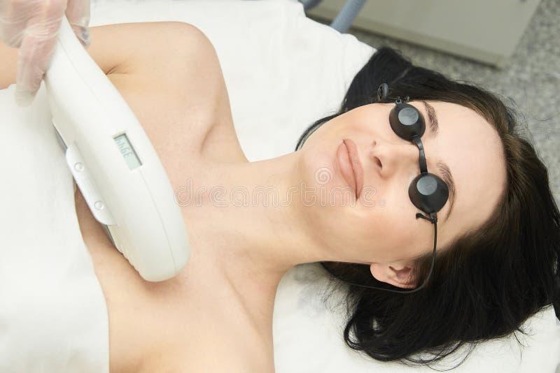 Υπηρεσία αφαίρεσης λέιζερ τρίχας IPL cosmetology συσκευή Επαγγελματικές συσκευές Μαλακή φροντίδα δέρματος γυναικών στοκ φωτογραφίες με δικαίωμα ελεύθερης χρήσης