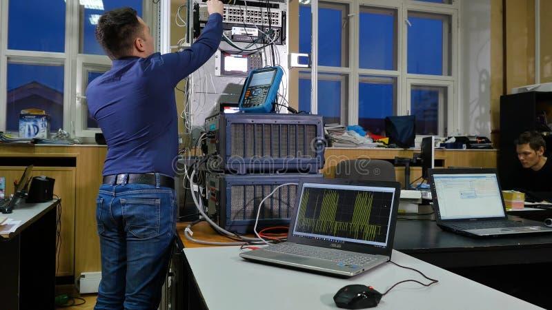 Υπηρεσία δικτύωσης διοικητής μηχανικών δικτύων που ελέγχει τον τεχνικό εξοπλισμό κεντρικών υπολογιστών του κέντρου δεδομένων στοκ φωτογραφία με δικαίωμα ελεύθερης χρήσης