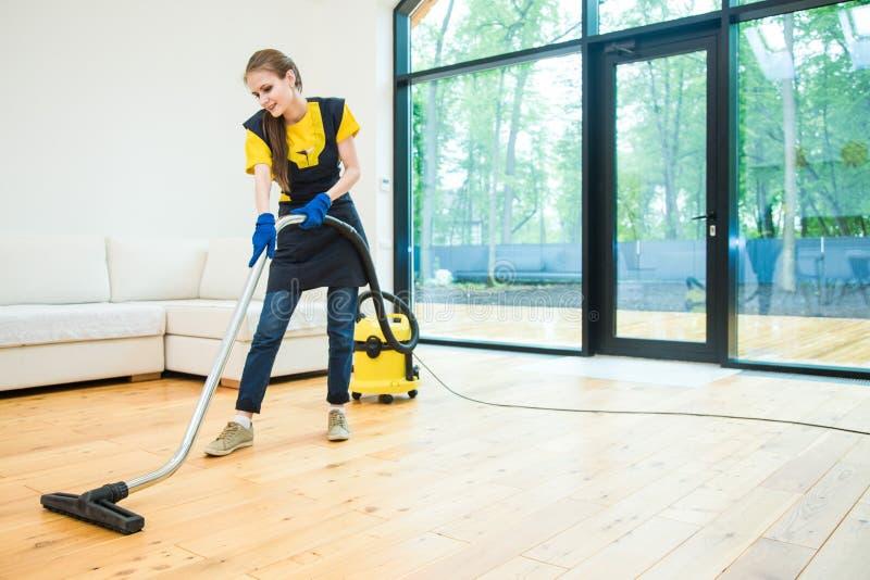 Υπηρεσία επαγγελματικού καθαρισμού. γυναίκα με στολή και γάντια καθαρΠστοκ φωτογραφία με δικαίωμα ελεύθερης χρήσης