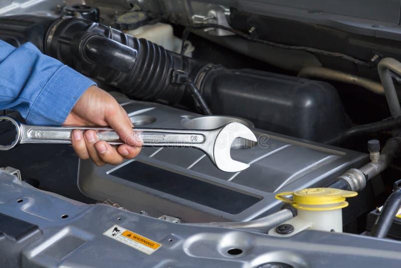 Υπηρεσία επισκευής αυτοκινήτων, αυτόματος μηχανικός που κρατά ένα γαλλικό κλειδί στοκ εικόνα με δικαίωμα ελεύθερης χρήσης