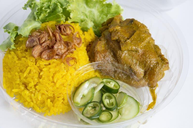 Υπηρεσία παράδοσης τροφίμων: Το μουσουλμανικό κίτρινο ρύζι Biryani κοτόπουλου με το άνοιγμα κοτόπουλου προσκολλάται περικάλυμμα κ στοκ εικόνα