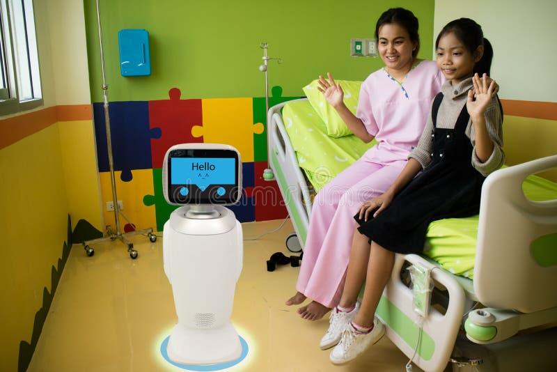Υπηρεσία ρομπότ στην ιατρική συζήτηση με τον ασθενή στο υπομονετικό δωμάτιο ι στοκ εικόνες με δικαίωμα ελεύθερης χρήσης