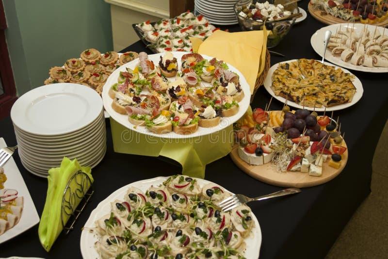 Υπηρεσία τομέα εστιάσεως, μέρη των φρέσκων, νόστιμων τροφίμων στον πίνακα, έννοια υπηρεσιών ξενοδοχείων στοκ εικόνα