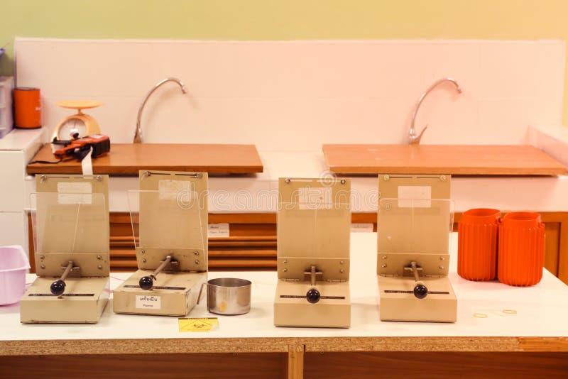 Υποβάλτε την προηγμένη φωτογραφία εργαστηριακού εξοπλισμού σε φυγοκέντρωση στοκ εικόνες