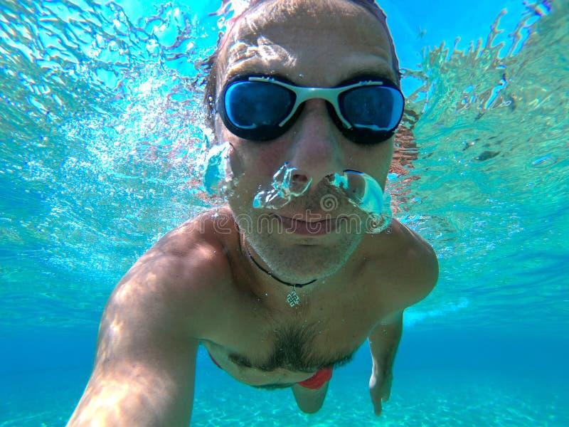 Υποβρύχια άποψη μιας κολύμβησης ατόμων δυτών στοκ εικόνες με δικαίωμα ελεύθερης χρήσης