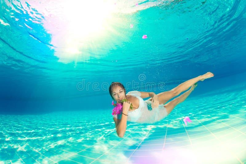 Υποβρύχια κολύμβηση με τα λουλούδια στοκ φωτογραφίες