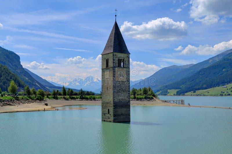 Υποβρύχιος πύργος εκκλησιών στη λίμνη Reschensee, Ιταλία στοκ φωτογραφίες