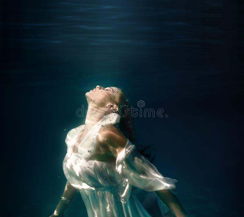 Υποβρύχιο κορίτσι στην πισίνα στοκ φωτογραφίες